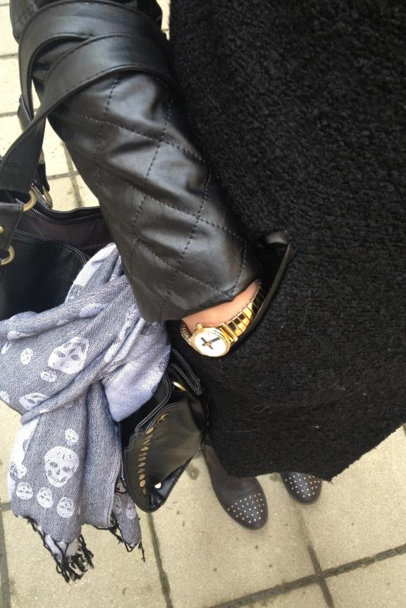 Goldene Uhr und grauer Skull-Schal